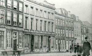 Nijmegen, Grote Markt Zuidzijde, 1875. Wellicht is een van de panden de Grote Sociëteit.